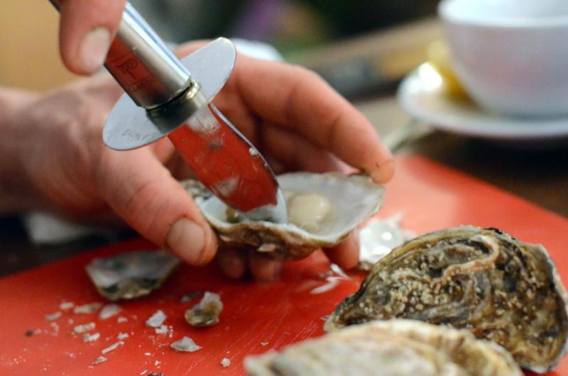 jak otwierać ostrygi